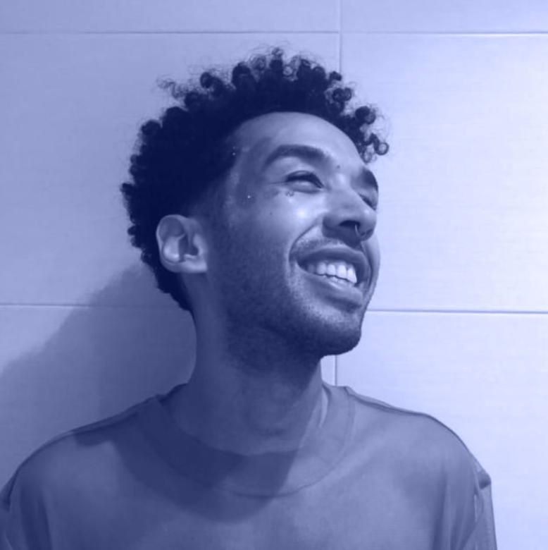 Portrait von Dustin Young blau hinterlegt